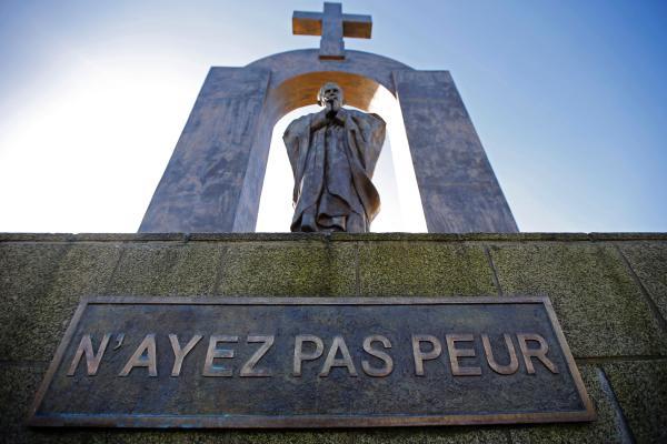 """Na pomniku Jana Pawła II Ploermel widnieje napis z cytatem """"Nie lękajcie się""""."""